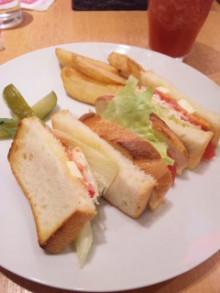 スモークサーモンとクリームチーズのサンドイッチなう♪ - 東京パン