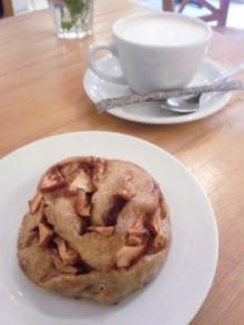 焼きたてアップルシナモンロールとホットチャイ♪ - 東京パン