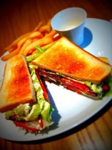 大人サンドイッチに苦戦する。 - 東京パン