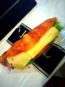 日本一のクロワッサンでサンドしてる♪ - 東京パン